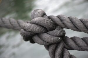de-touwtjes-aan-elkaar